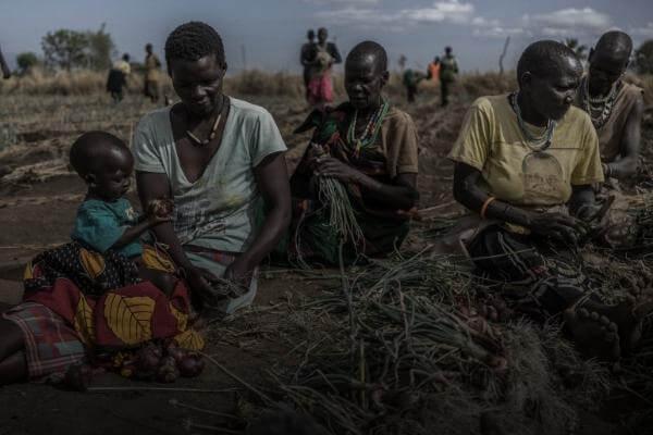 El elevado número de refugiados que ha huido a Uganda está agotando los recursos y servicios del país.