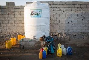 Cuatro millones de yemeníes depende de las distribuciones de agua en camiones cisterna