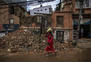 6 mois après le séisme, l'hiver défie les rescapés au Népal