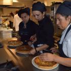 Mujeres con estudios primarios y más de 45 años buscan salidas laborales en hostelería en Madrid