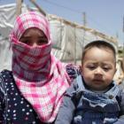 Maha y su hijo Abed se refugian en el campo de Ghazze después de huir de la guerra en Siria
