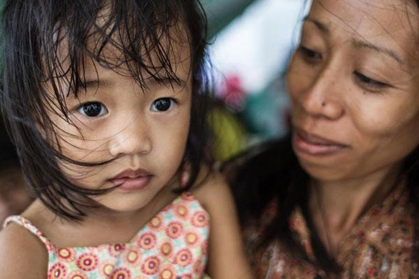 Un millón de filipinos siguen viviendo en refugios provisionales un año después de Haiyan