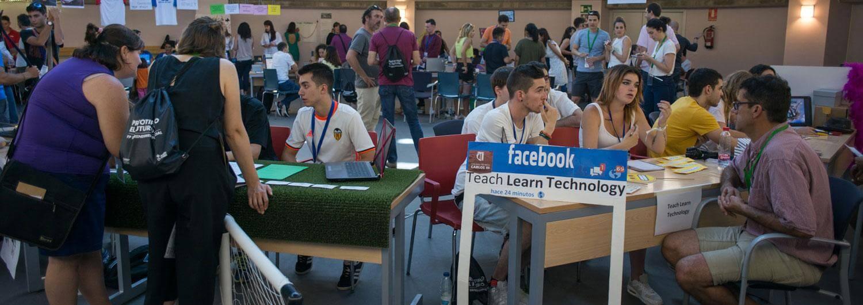 Alumnas y alumnos durante el market place del evento final de prototipado. Foto: Gonzalo Höhr