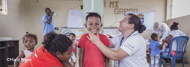 Estamos presentes en el país desde hace más de 20 años, desarrollando iniciativas con el objetivo de fomentar el diálogo y la convivencia social entre víctimas, grupos desmovilizados e instituciones gubernamentales de Colombia