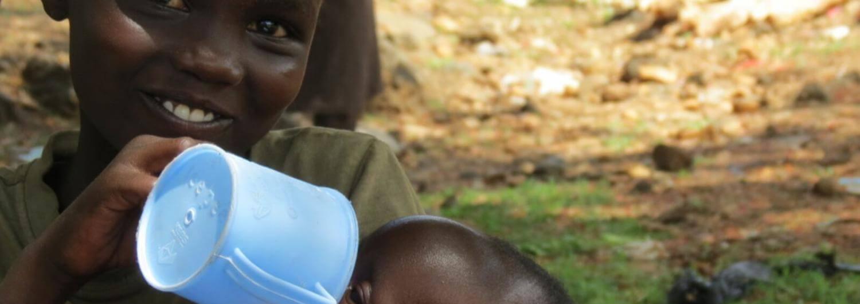 Niño alimentando a su hermano en África
