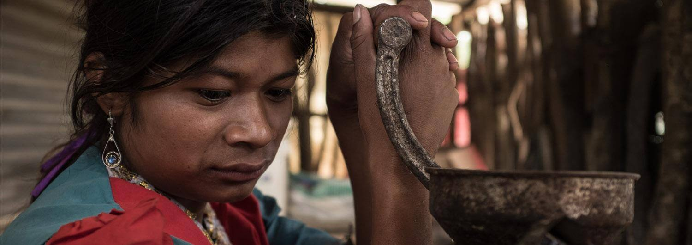 Mujer en Guatemala con utensilio