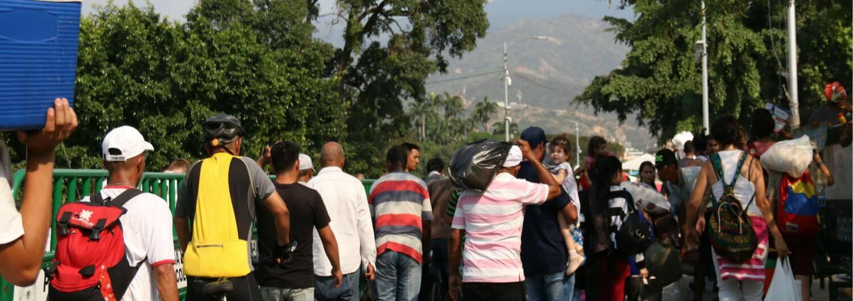 Migrantes venezolanos en el puente fronterizo entre Venezuela y Colombia