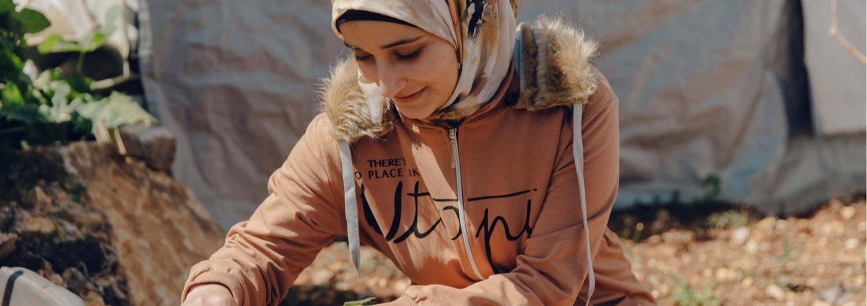 Douaa El Mahmoud, refugiada siria y estudiante de derecho, en su huerto junto a su tienda de campaña en un asentamiento informal ubicado en Baaloul, Bekaa