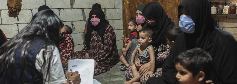 Un grupo de madres refugiadas sirias en Líbano responden a una encuesta sobre sus hábitos alimentarios.