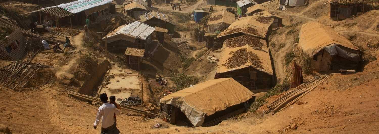 Miles de personas que abandonaron Myanmar viven en un campo de refugiados en la frontera con Bangladesh